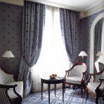 Мягкие стулья с полосатой обивкой