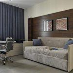 Деревянное панно на стене за диваном