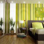 Интерьер спальни с полосатыми шторами