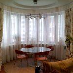 Обеденный стол в эркере городской квартиры