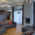 Серый цвет в интерьере гостиной с камином