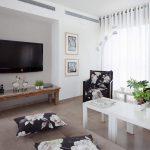 Деревянный столик в современной гостиной