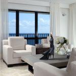 Декорирование окна гостиной тюлем без штор
