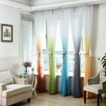 Разноцветный тюль на окне в гостиной