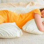 G-образная подушка универсальна: поддерживает спину, живот и снимает тяжесть с бёдер и ног