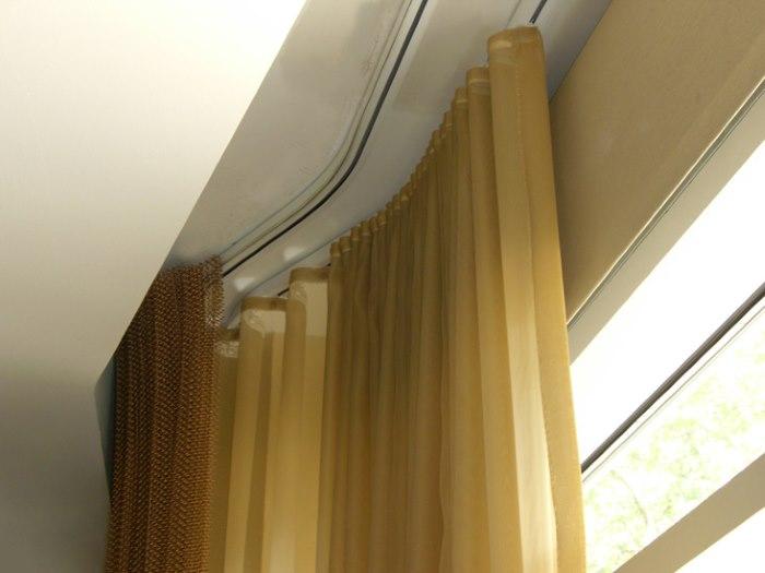 Гибкий карниз в нише потолка гостиной