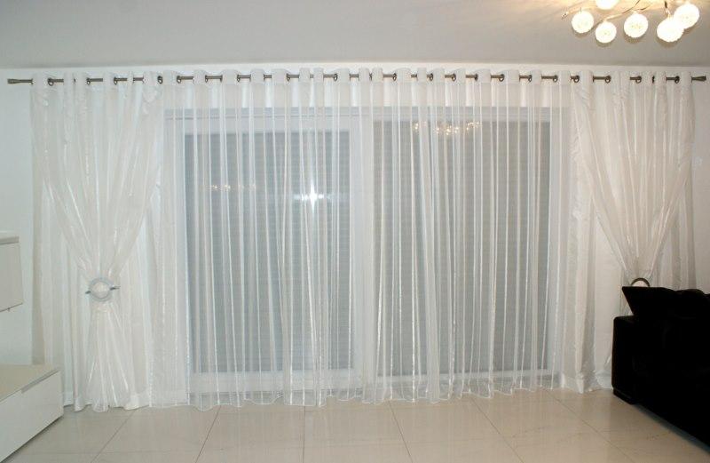 Декор панорамного окна белым тюлем