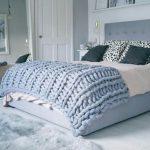 Голубой плед из шерсти мериноса на двуспальную кровать