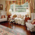 Гостиная в стиле прованс с красивыми декоративными подушками