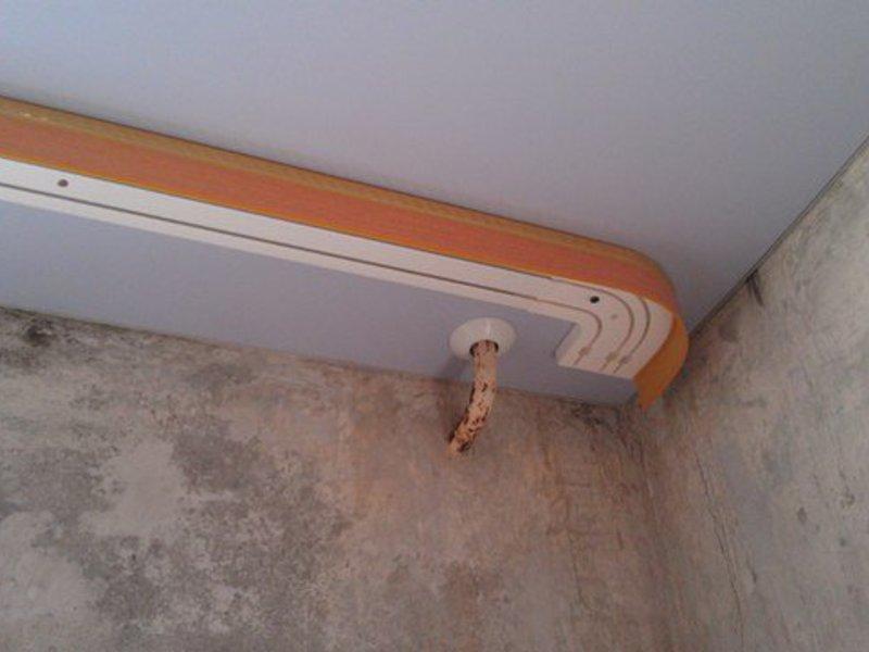 Монтаж пластикового карниза на натяжном потолке
