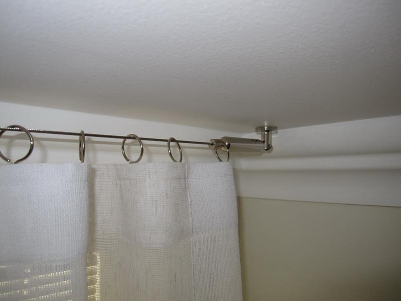 Белая штора на струне потолочного карниза