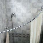 Угловой душ с белой шторкой