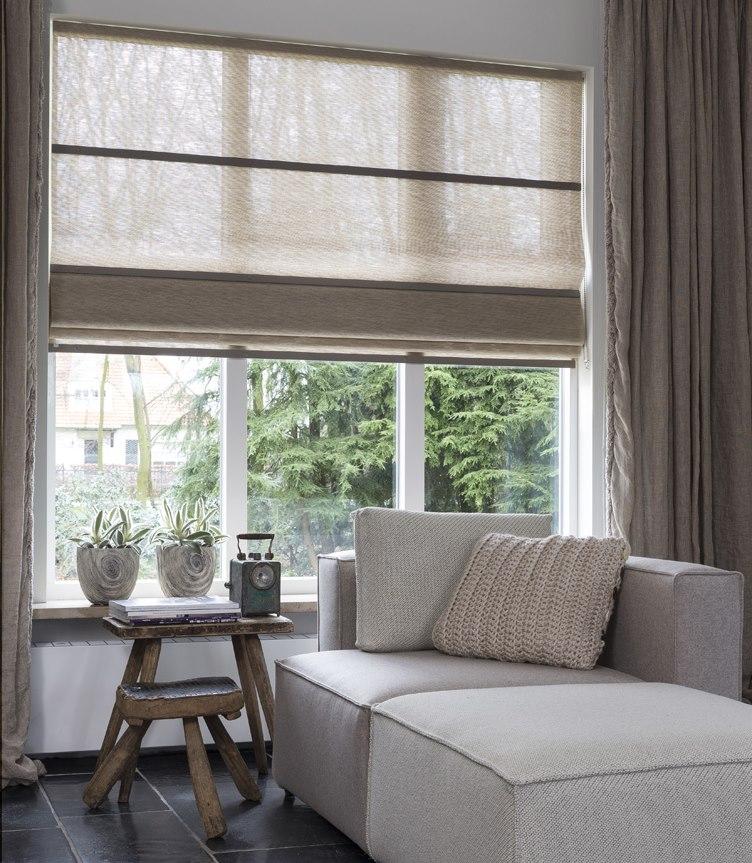 Полупрозрачное полотно римской шторы на деревянном окне