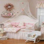 Комната для девочки с нежным текстилем в стиле прованс