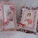 Красивые и изящные подушки с портретами впишутся в интерьер комнаты в стиле прованс