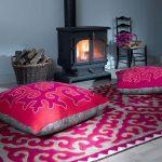 Красивые напольные подушки с рисунком для сидения у камину