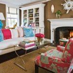 Красивые подушки для дивана в классической гостиной