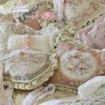 Красивые прованские подушки разной формы и с разными рисунками