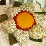 Красивый двухцветный цветок с двумя ярусами