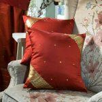 Красная с золотом диванная подушка