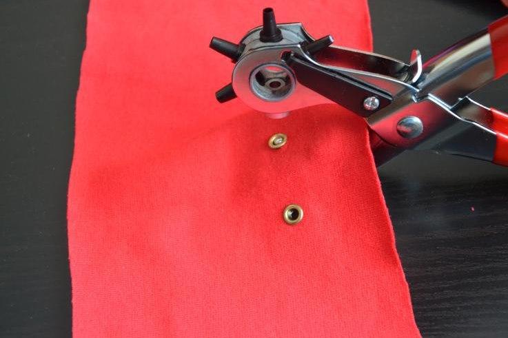 Установка люверсов на ткань красного цвета