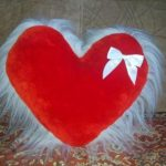 Красное сердце с меховой отделькой и белым бантом