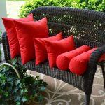 Красные декоративые подушки: большие, средние и маленькие