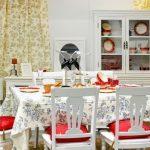 Красные подушки с кисточками для стульев