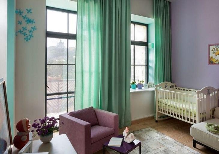 Детская кроватка в комнате с мятными шторами