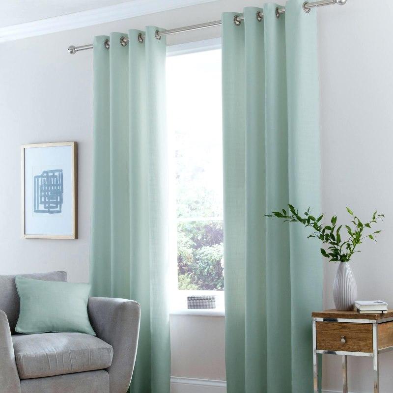 Легкие занавески на окне гостиной