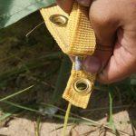 Закрепление полога палатки с помощью люверса