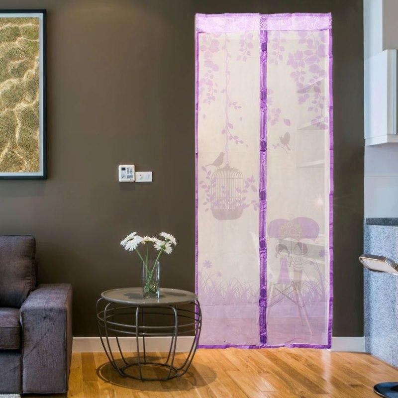 Сиреневая антимоскитная штора на дверном проеме
