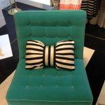Маленькая декоративная подушка в виде бантика для кресла