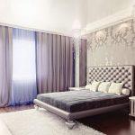 Дизайн спальной комнаты со шторами из плотной ткани