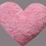 Меховая розовая подушка в форме сердца