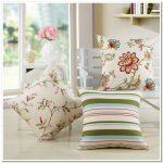 Милые декоративные подушки с цветами и полосками