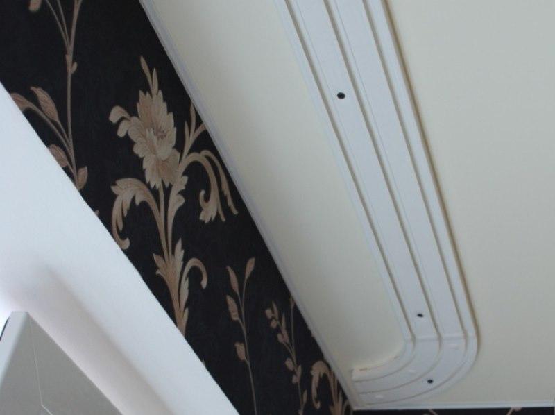 Монтаж пластикового карниза с поворотом на потолке