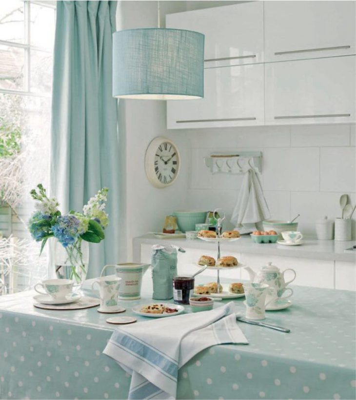 Белый кухонный гарнитур и абажур мятного цвета