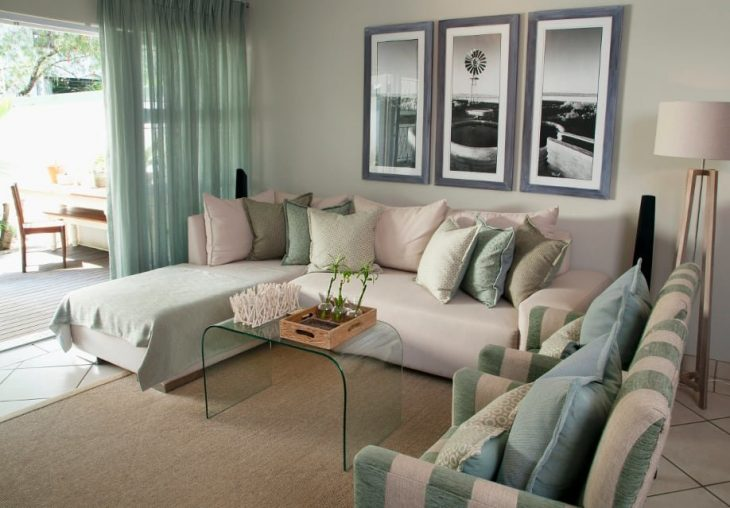Занавески мятного цвета в зале частного дома