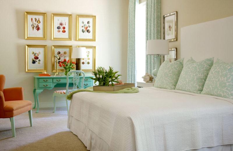 Мятный текстиль в интерьере спальной комнаты