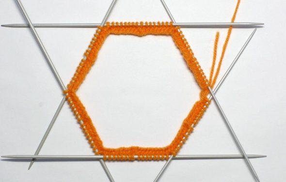 Распределяем петли на шесть спиц