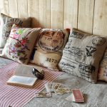 Набор самодельных декоративных подушек для дачной гостиной