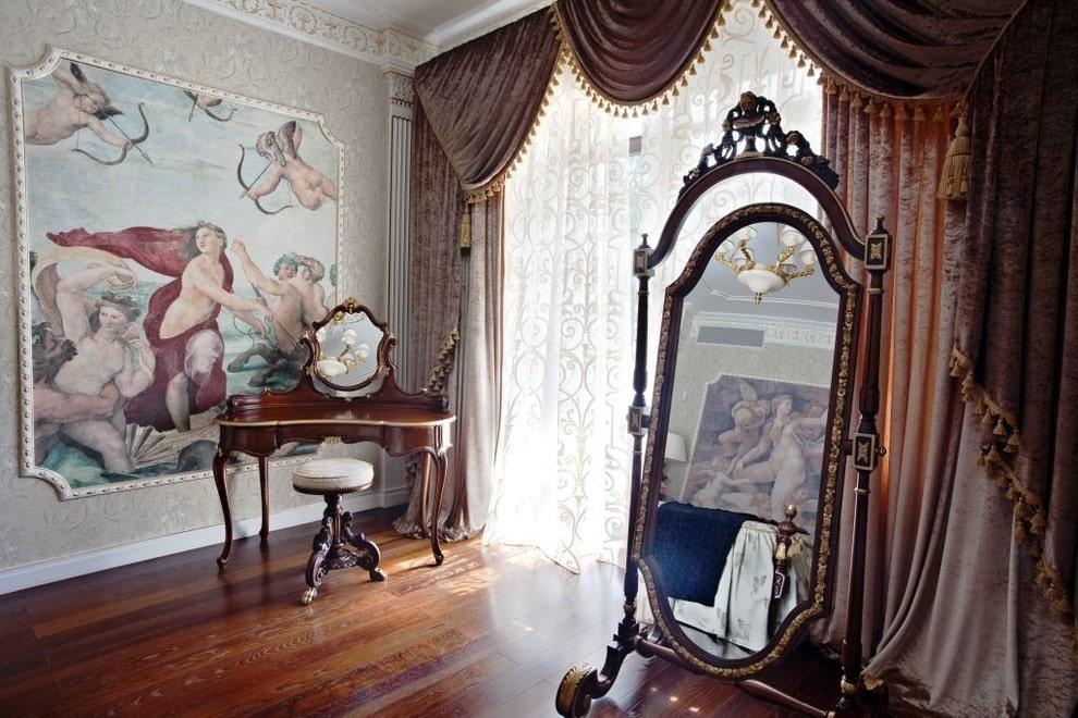Напольное зеркало в комнате с бархатными шторами