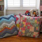 Напольные подушки в мини-библиотеке