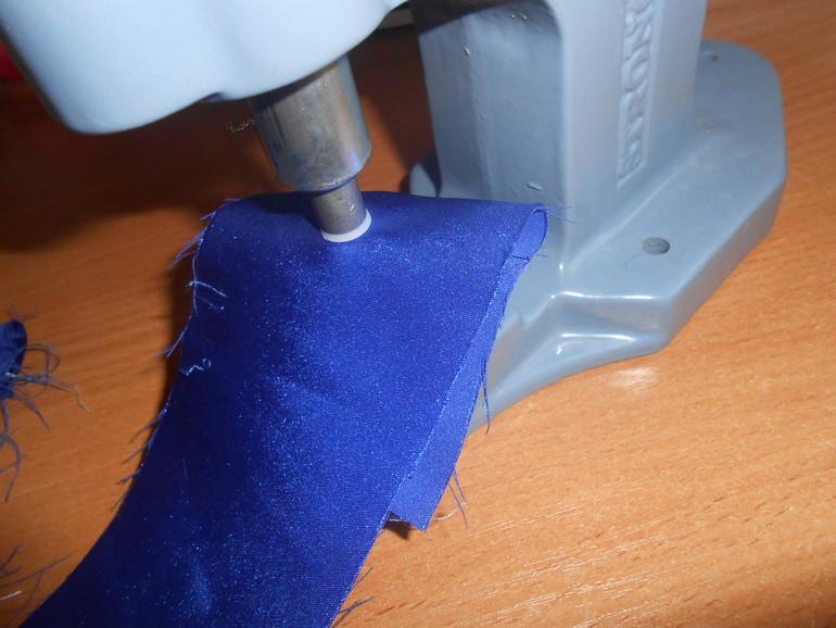 Развальцовка люверса на ткани с помощью ручного пресса