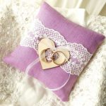 Нежная и красивая свадебная подушечка сиреневого цвета
