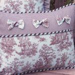 Нежные подушки с деревенским рисунокм, бантами и окантовкой