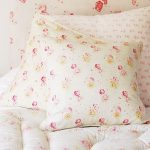 Нежные подушки с мелким рисунком в стиле прованс