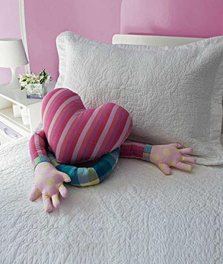 Подушка-сердце с руками