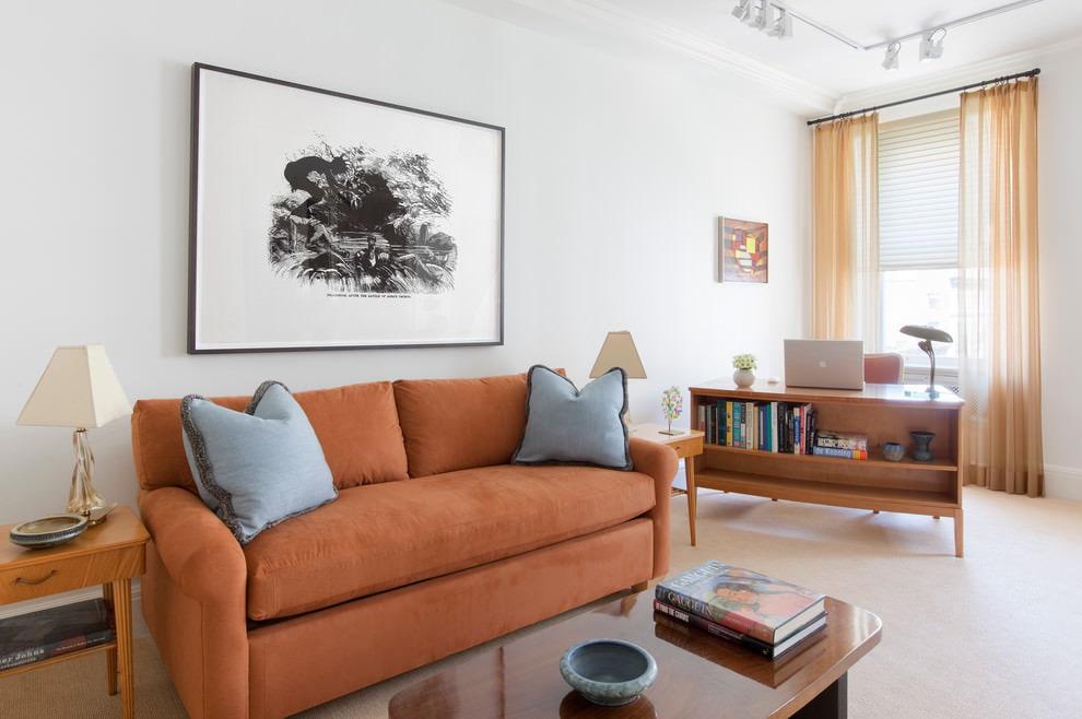 Диван с оранжевой обивкой в гостиной с белыми стенами